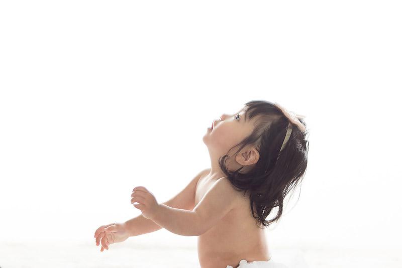 1歳誕生記念女児横から 背景白飛ばし