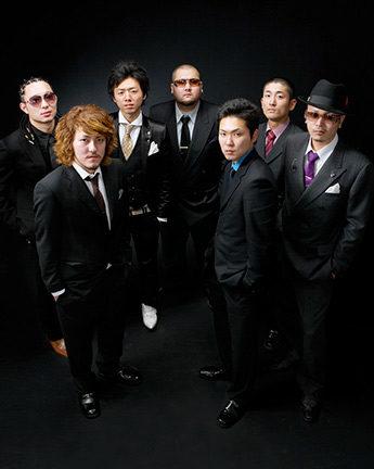成人式。黒バックで男性のグループ写真