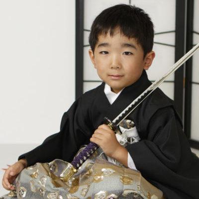 七五三5歳男児刀を持つ