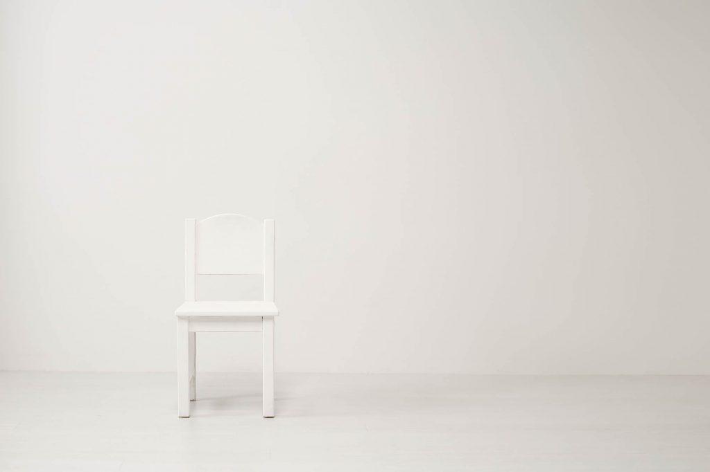 白い椅子の写真