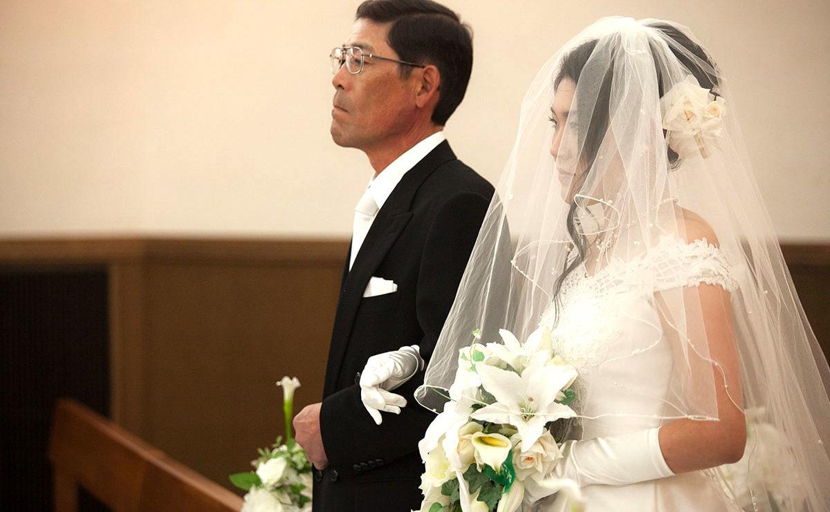 新婦とその父がバージンロードを歩いている