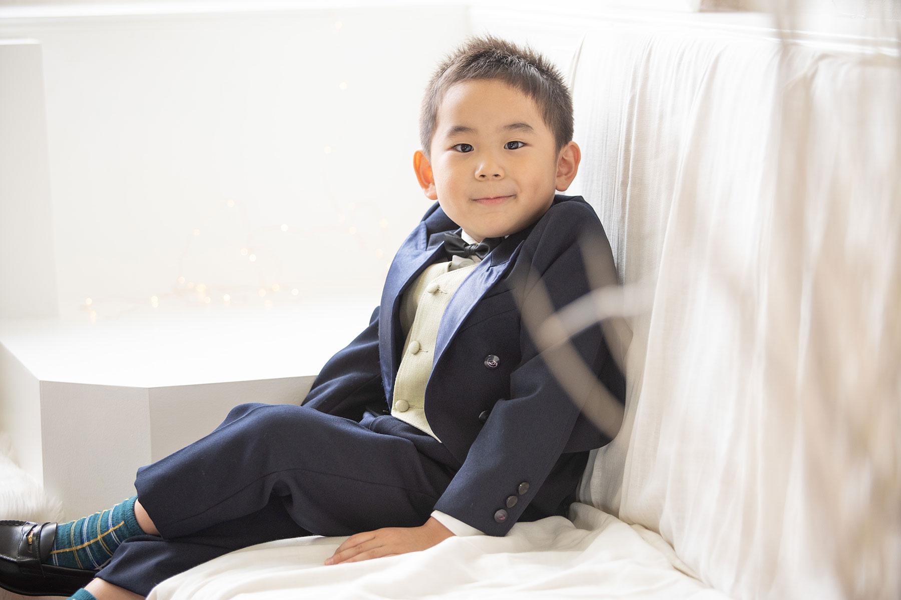 七五三の5歳男の子。白い洋風セットでタキシード
